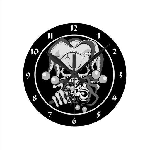 Cráneo malvado del bufón reloj redondo mediano