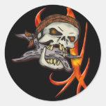 Cráneo malvado del pirata etiqueta redonda
