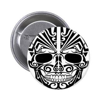 Cráneo maorí de la máscara del tatuaje pin redondo de 2 pulgadas