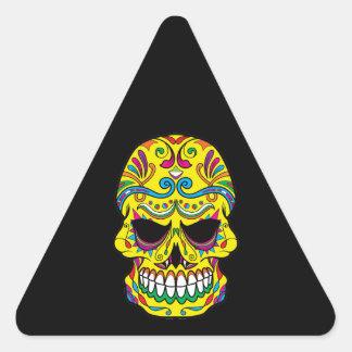 Cráneo mexicano del azúcar del tatuaje amarillo pegatina triangular