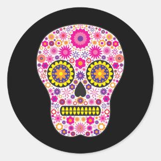 Cráneo mexicano rosado del azúcar pegatina redonda