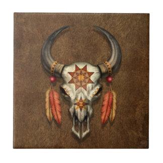 Cráneo nativo adornado de Bull con las plumas Azulejo Cuadrado Pequeño