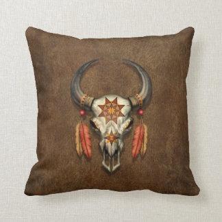 Cráneo nativo adornado de Bull con las plumas Cojin