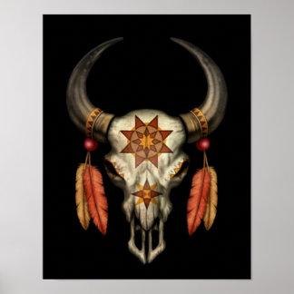 Cráneo nativo adornado de Bull con las plumas en n Poster