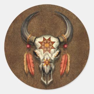 Cráneo nativo adornado de Bull con las plumas Pegatina Redonda
