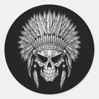 Cráneo nativo oscuro del azúcar con el tocado etiqueta