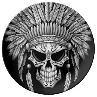 Cráneo nativo oscuro del azúcar con el tocado platos de cerámica