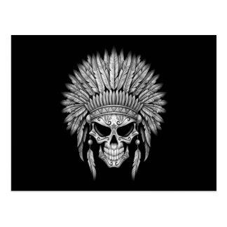 Cráneo nativo oscuro del azúcar con el tocado postal
