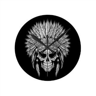 Cráneo nativo oscuro del azúcar con el tocado reloj redondo mediano