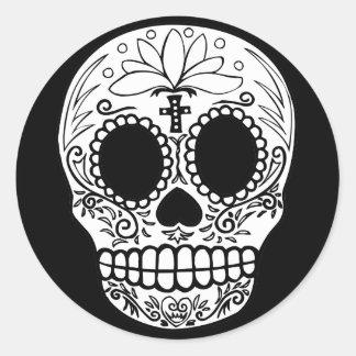 Cráneo negro/blanco del caramelo pegatina redonda