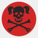 Cráneo negro y bandera pirata con las coletas etiquetas redondas