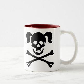 Cráneo negro y bandera pirata con las coletas taza de café