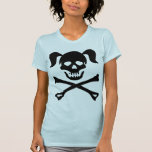 Cráneo negro y bandera pirata del chica con las camiseta