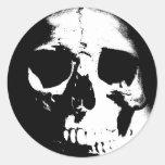 Cráneo negro y blanco etiqueta redonda