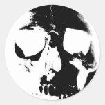 Cráneo negro y blanco negativo pegatinas redondas