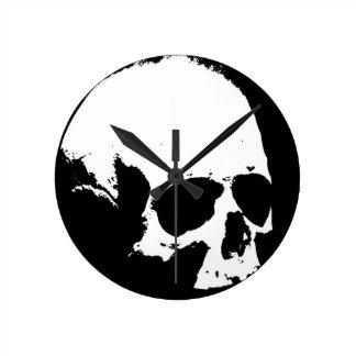 Cráneo negro y blanco reloj redondo mediano