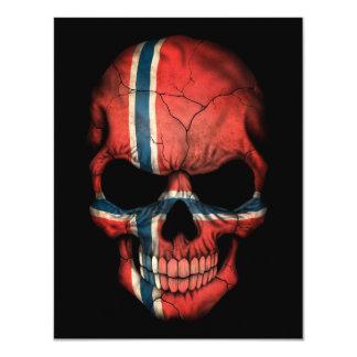 Cráneo noruego de la bandera en negro anuncio