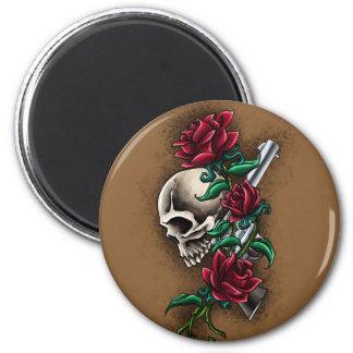Cráneo occidental con los rosas rojos y la pistola imán redondo 5 cm