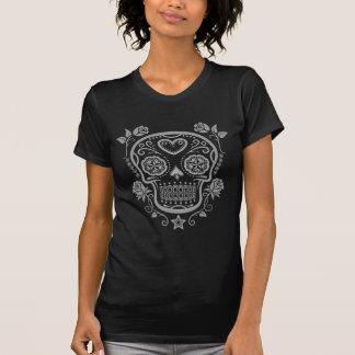 Cráneo oscuro del azúcar con los rosas camiseta