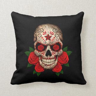 Cráneo oscuro del azúcar con los rosas rojos cojín decorativo