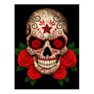 Cráneo oscuro del azúcar con los rosas rojos postales