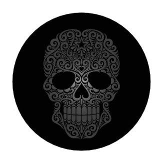 Cráneo oscuro del azúcar que remolina en negro fichas de póquer