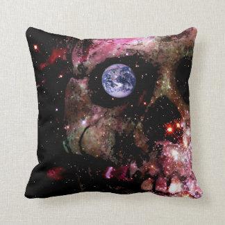Cráneo oscuro del universo cojín decorativo
