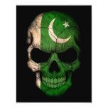 Cráneo paquistaní de la bandera en negro comunicado