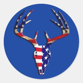 Cráneo patriótico de la caza de los ciervos pegatina redonda