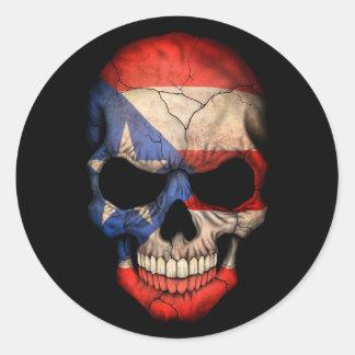 Cráneo puertorriqueño de la bandera en negro pegatina redonda