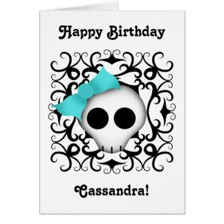 Cráneo punky del gótico lindo con el arco azul en tarjeta de felicitación
