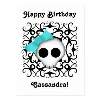 Cráneo punky del gótico lindo con el arco azul en tarjeta postal