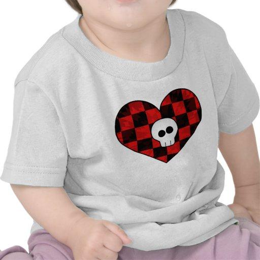 Cráneo punky lindo del gótico en corazón a cuadros camiseta