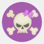 Cráneo punky lindo y pegatina (púrpura) del arco