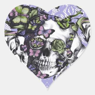 Cráneo púrpura de la mariposa del cordón pegatina en forma de corazón