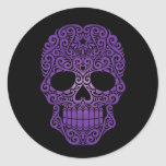 Cráneo púrpura del azúcar que remolina en negro pegatinas redondas