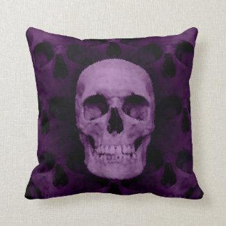 Cráneo púrpura gótico de Halloween Cojín