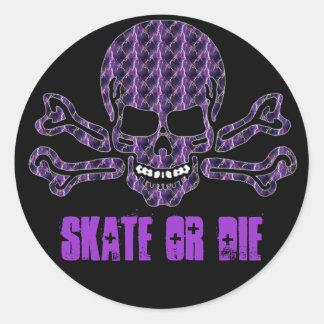 cráneo púrpura y bandera pirata del relámpago pegatina redonda