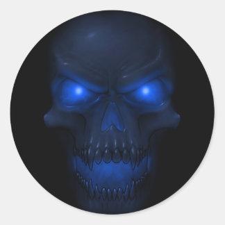Cráneo que brilla intensamente azul pegatina redonda