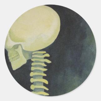 cráneo que brilla intensamente iridiscente y pegatina redonda