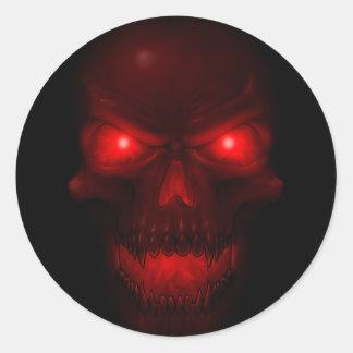 Cráneo que brilla intensamente rojo pegatina redonda