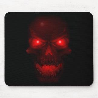 Cráneo que brilla intensamente rojo tapetes de raton
