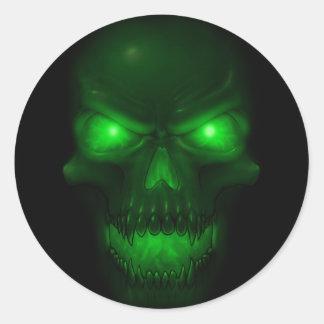 Cráneo que brilla intensamente verde etiqueta redonda