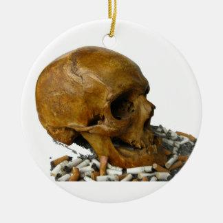 Cráneo que fuma abandonado ornato