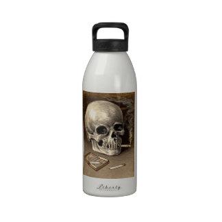 Cráneo que fuma botella de agua