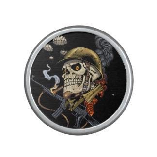 Cráneo que fuma con el casco, los aeroplanos y las altavoz bluetooth