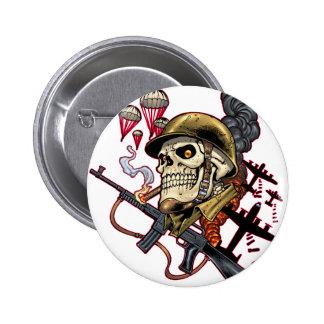 Cráneo que fuma con el casco, los aeroplanos y las pin redondo 5 cm