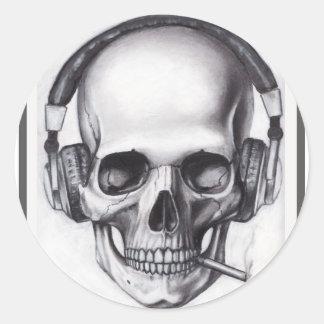 Cráneo que fuma con el pegatina de los auriculares