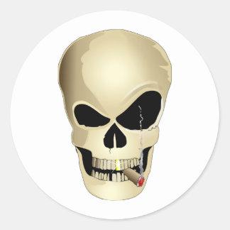 Cráneo que fuma pegatina redonda