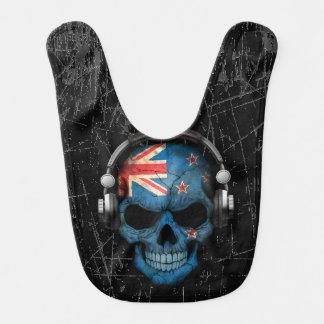 Cráneo rasguñado de Nueva Zelanda DJ con los Babero De Bebé